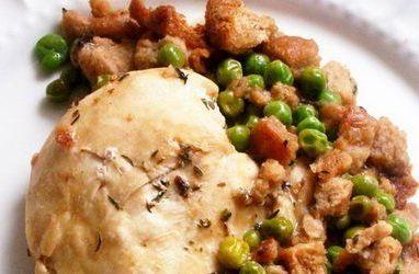 Курица с зеленым горошком и гренками